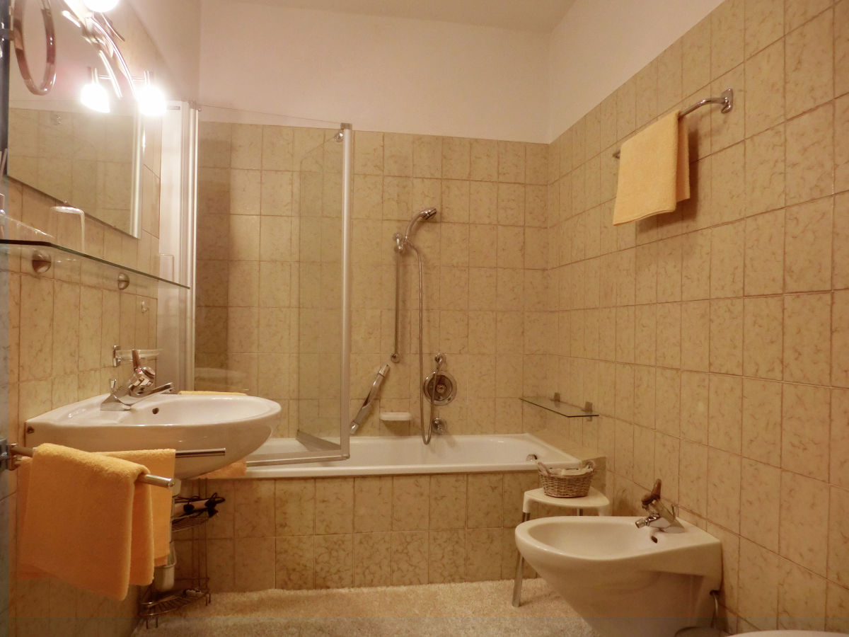 Ferienwohnung innerhofer mit westbalkon riffian frau - Badewanne mit duschwand ...
