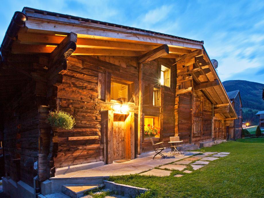 Dorfstall bei Nacht