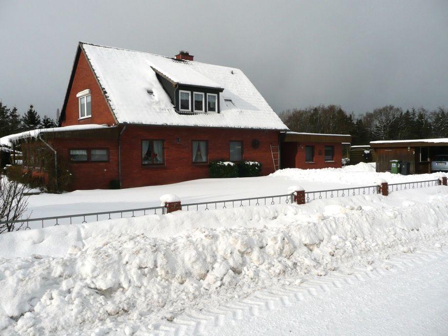 Haus im Winter von der Straßenseite