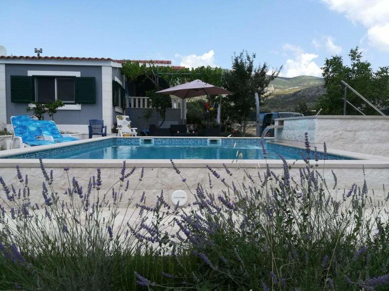 Ferienhaus mit Pool auf großem Grundstück