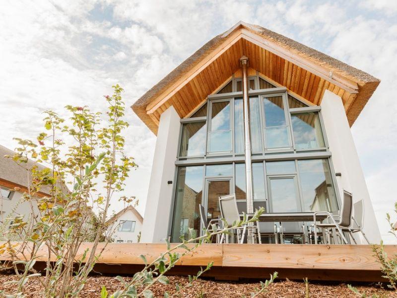 """Ferienhaus Ostsee - Reetdachhaus Nr. 12 """"Strandläufer"""" im Strand Resort"""