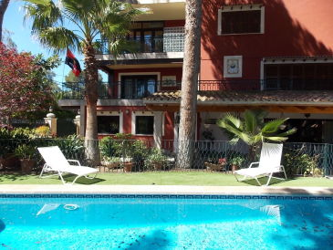 Strandnahe Familienvilla mit Pool