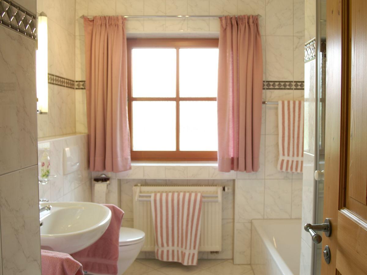 Ferienwohnung alpenblick im haus datzmannlehen - Badezimmer mit dusche und badewanne ...