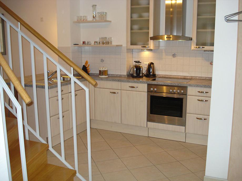 Eingangsbereich mit offener Küche und Treppe