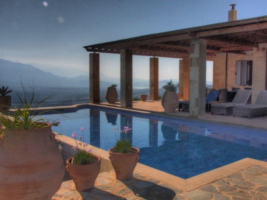 Blick über den Pool zu den Weißen Bergen
