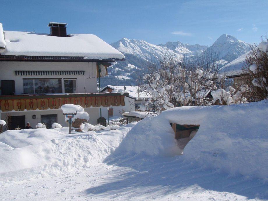 Haus Eleonore in der Wintersonne mit Schneehöhle