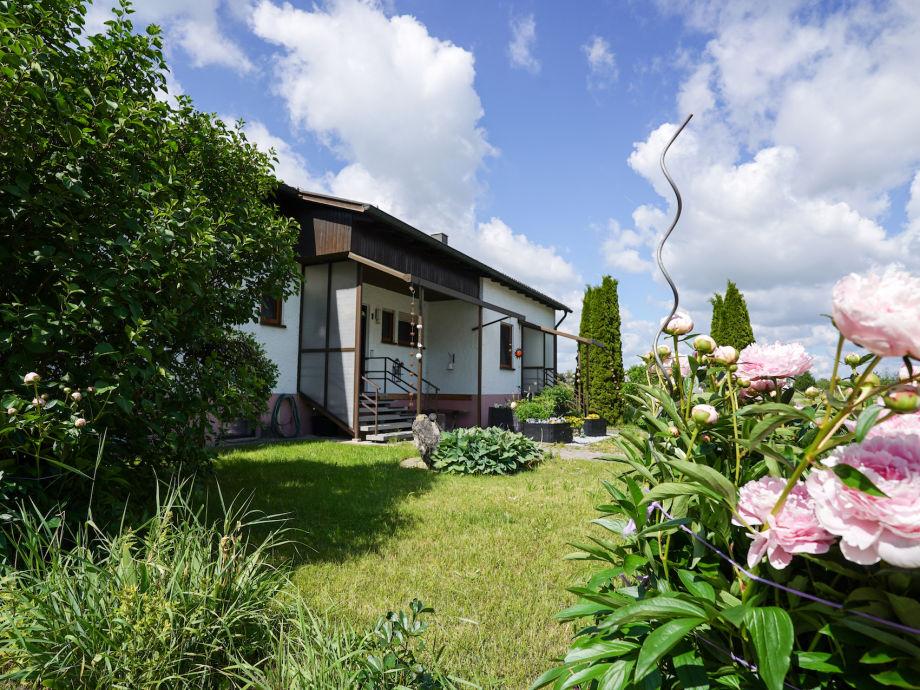 Wohnhaus mit Vorgarten