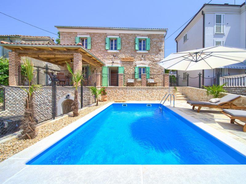 Villa am Strand mit Pool
