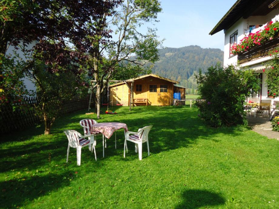Garten mit Liege und Sitzgelegenheit