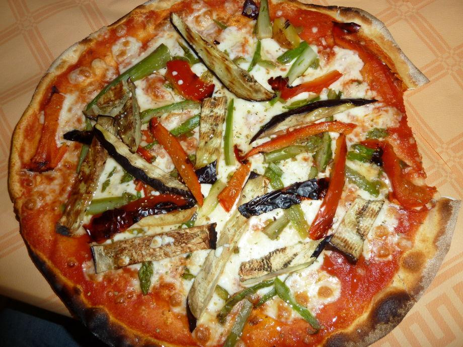 Holzofenpizza bei Rudino holen + draußen essen mmhhh
