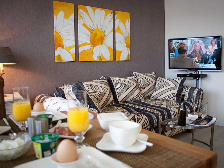 Wohnraum mit HD-Fernseher und Blue-Ray-Player