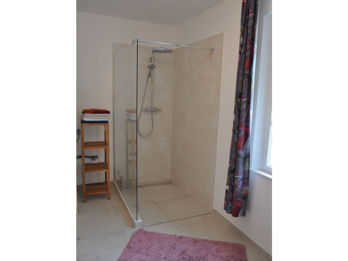 das badezimmer mit dusche die moderne und ebenerdige dusche der - Moderne Ebenerdige Dusche