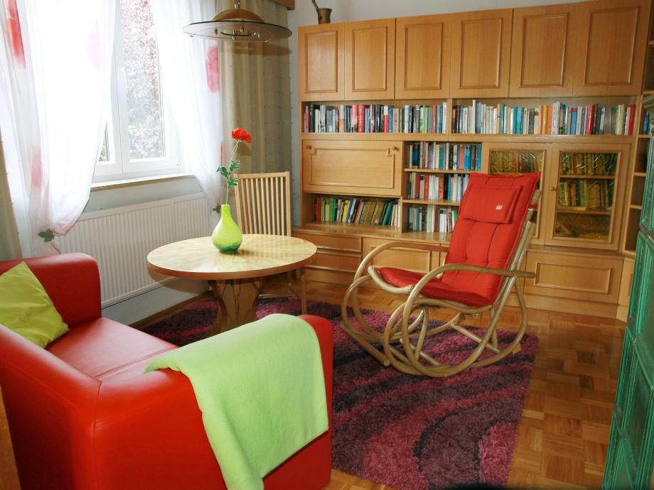 Wohnzimmer mit Schaukelstuhl und Bücherwand