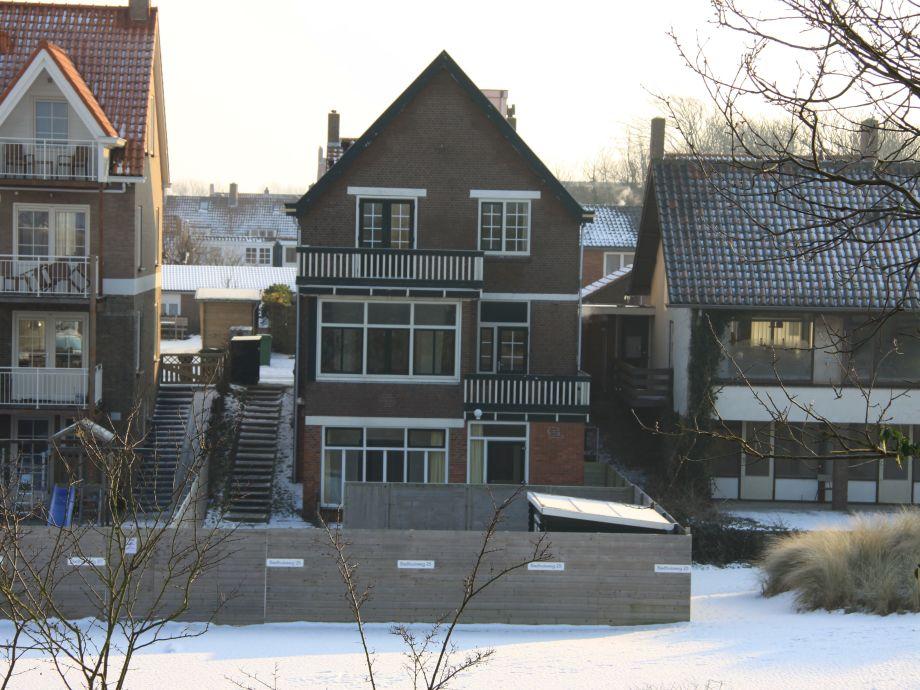 Hinterseite Haus mit privat parkplatz