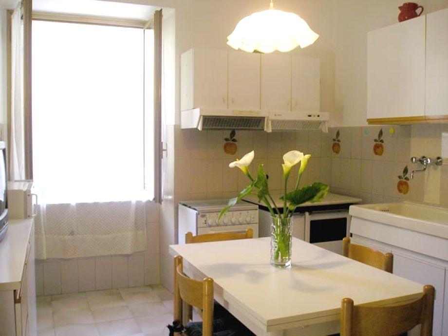 Die Küche mit gemütlichem Esstisch in der Mitte
