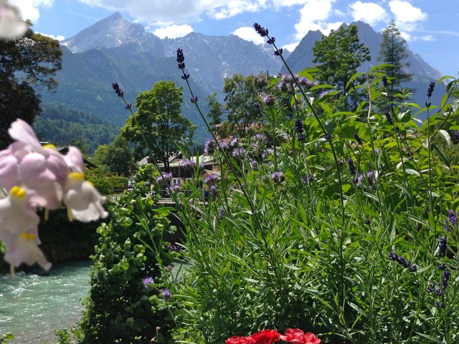 Aussicht mit Loisach und Garten