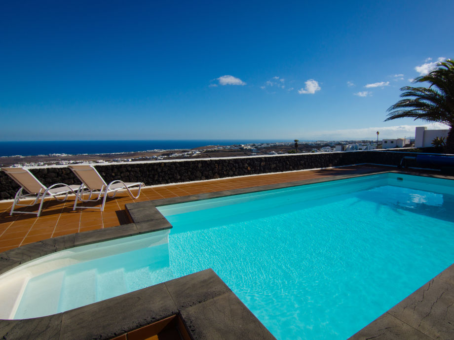Pool mit Meer-Panoramablick