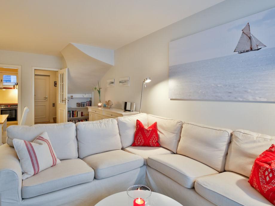 Wohnzimmer mit großem Sofa