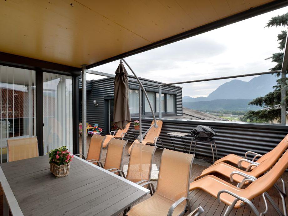 Terrasse / überdachte Sitzecke / Grill / Liegestühle