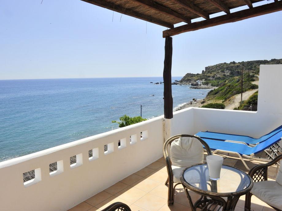 Terrasse mit Gartenmöbeln und Sonnenliegen