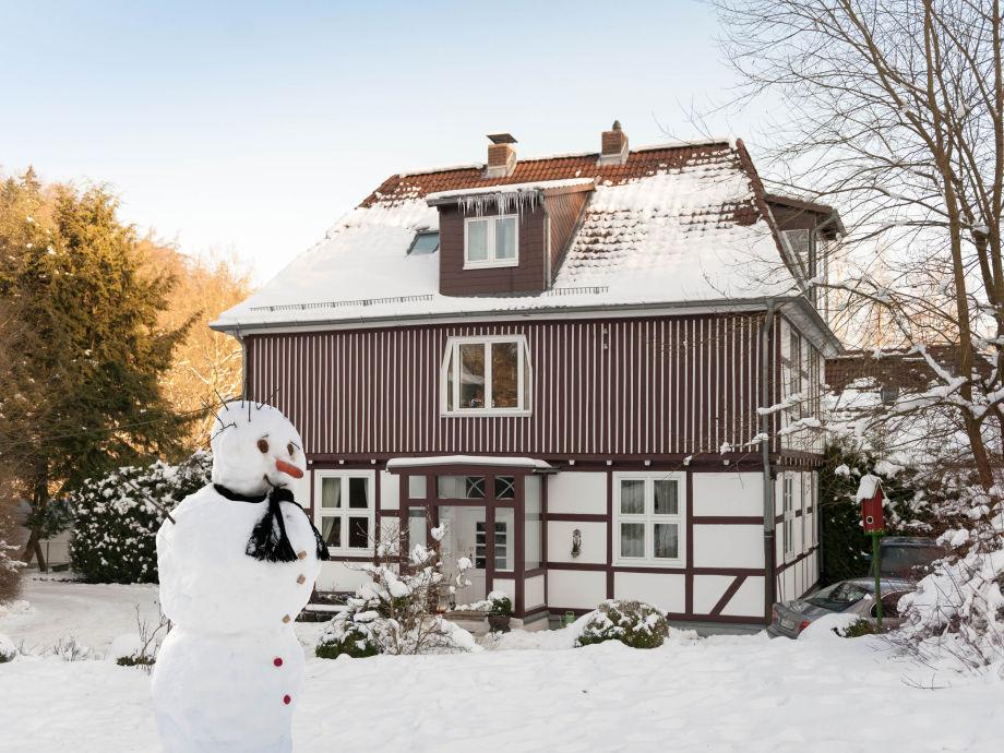 """Ferienwohnungen """"Am Bergpark"""", Hausansicht im Winter"""