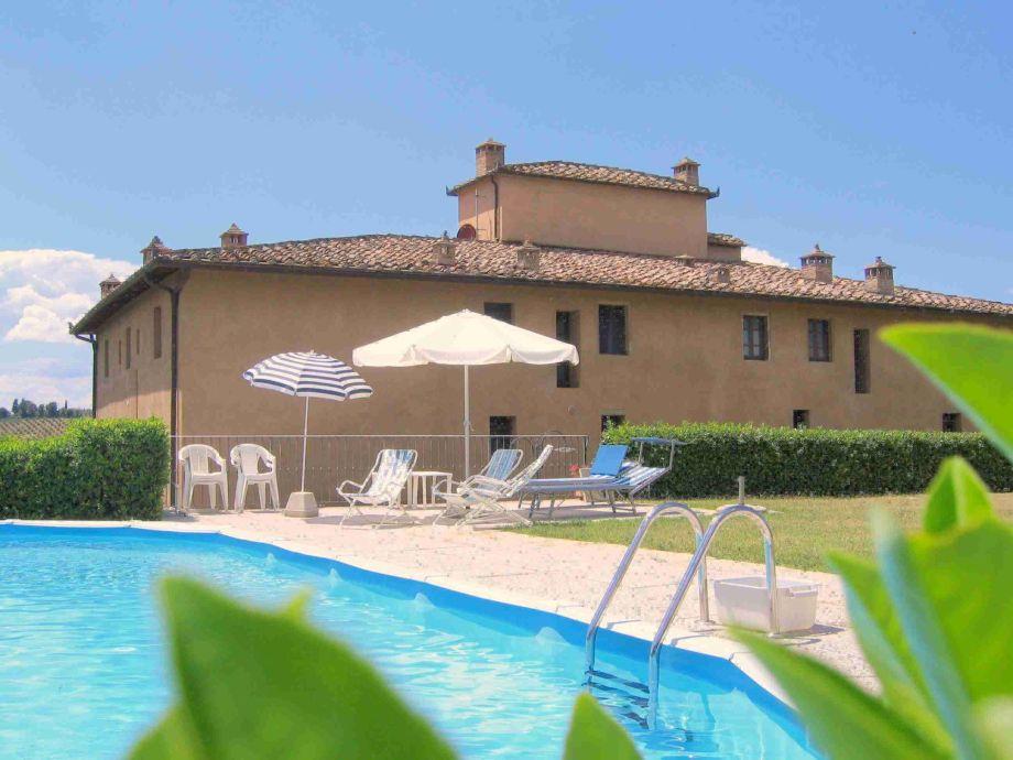 Ferienhaus Toskana, Pool mit Liegewiese und Pergola