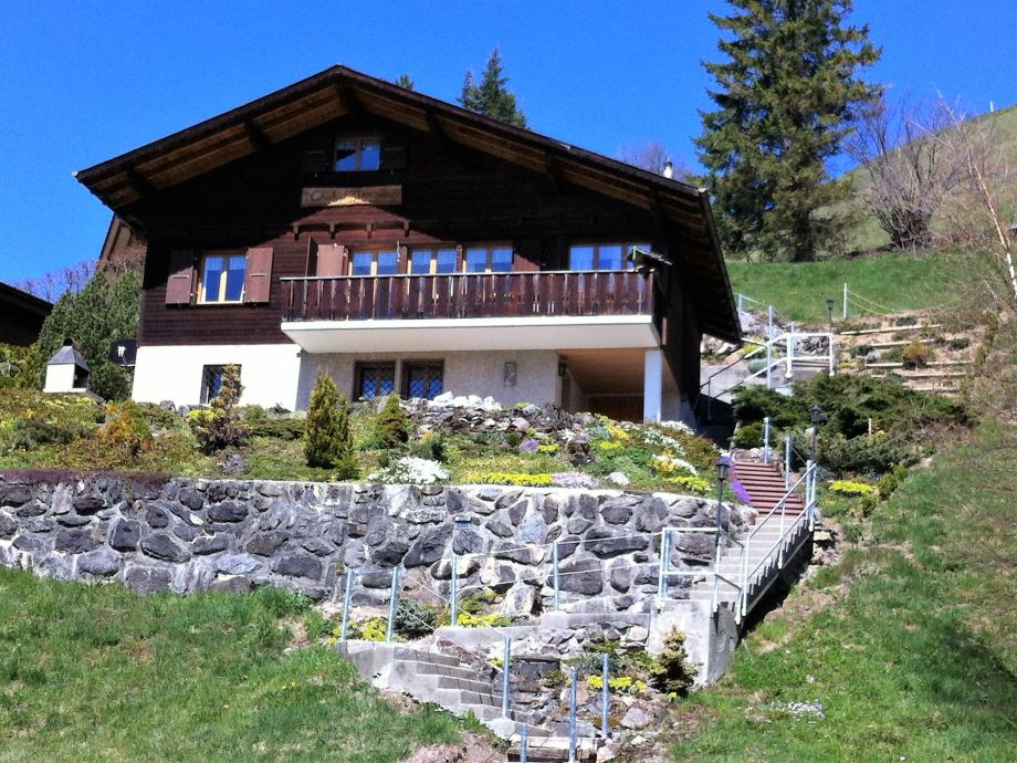 Chalet Dornen im Sommer mit Balkon Terrasse und BBQ