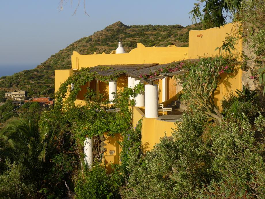 Gesamtsicht auf Villa, 2 Häuser & Garten