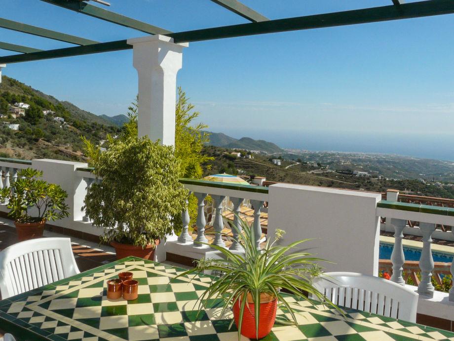 Der Blick von der Terrasse auf das blaue Mittelmeer