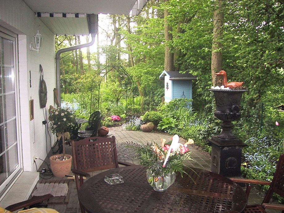 Die Terrasse zur Ferienwohnung mit Garten
