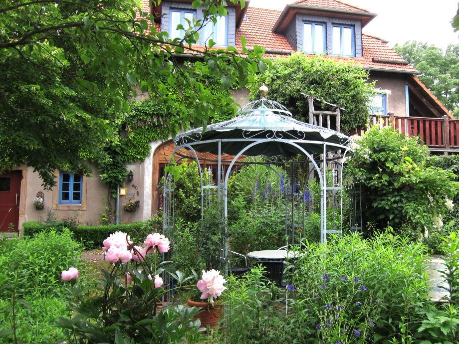 Mit Blumen umgebener Pavillon am Ferienhaus
