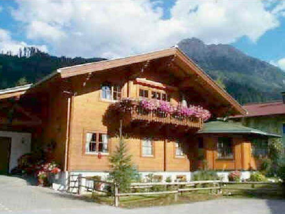 Unser Holzblockhaus im Sommer.