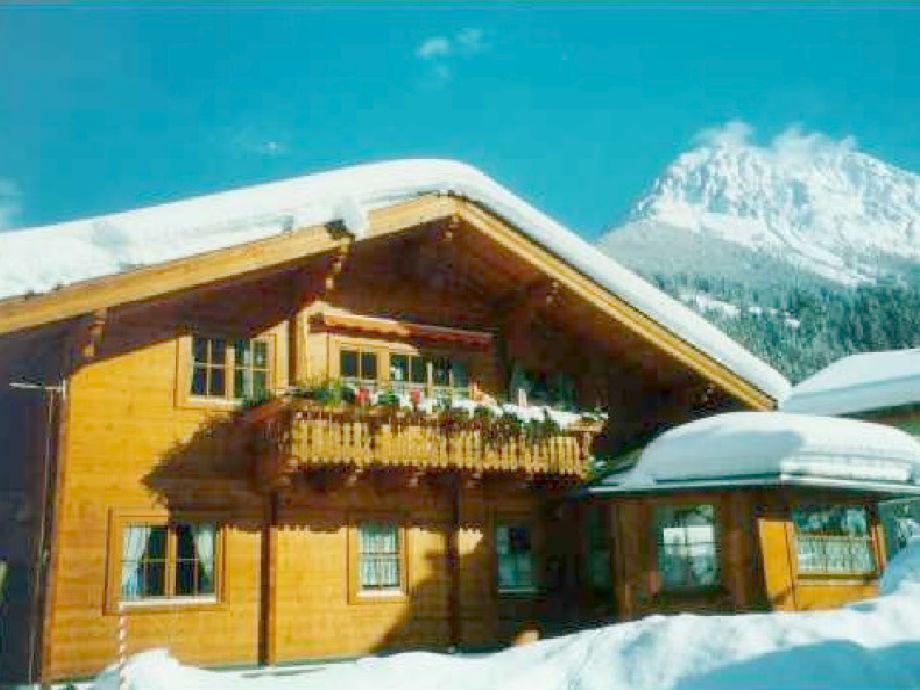Unser Holzblockhaus im Winter.