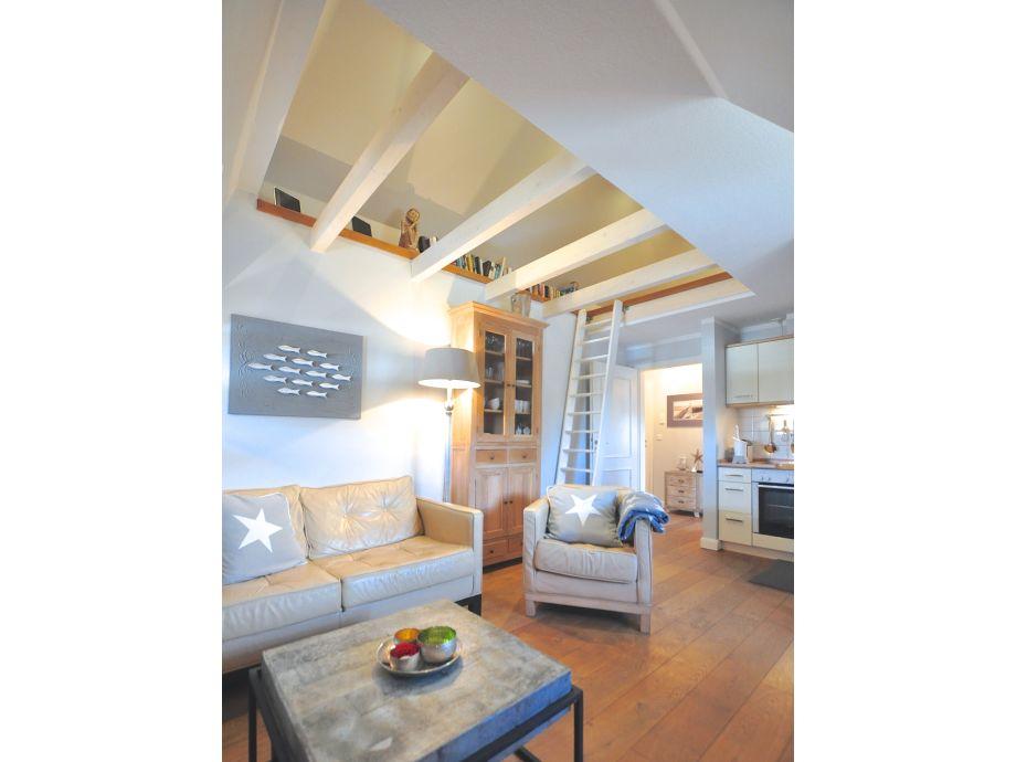 Wohnzimmer mit offener Balkenlage