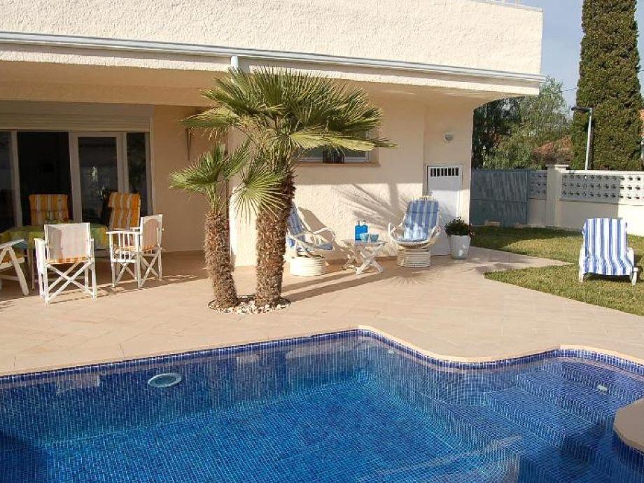 Terrassenbereich direkt am Pool