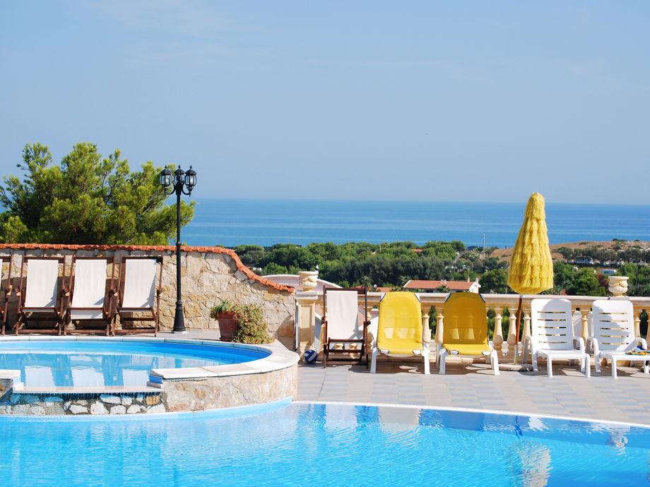 Der Pool der Ferienwohnungen mit Meerblick
