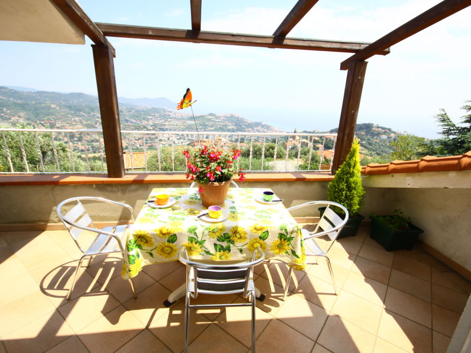 Terrasse mit Möbeln und wunderschönem Blick