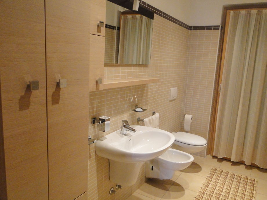 Ferienwohnung casa brighenti a gardasee herr marco for Modernes bad mit dusche