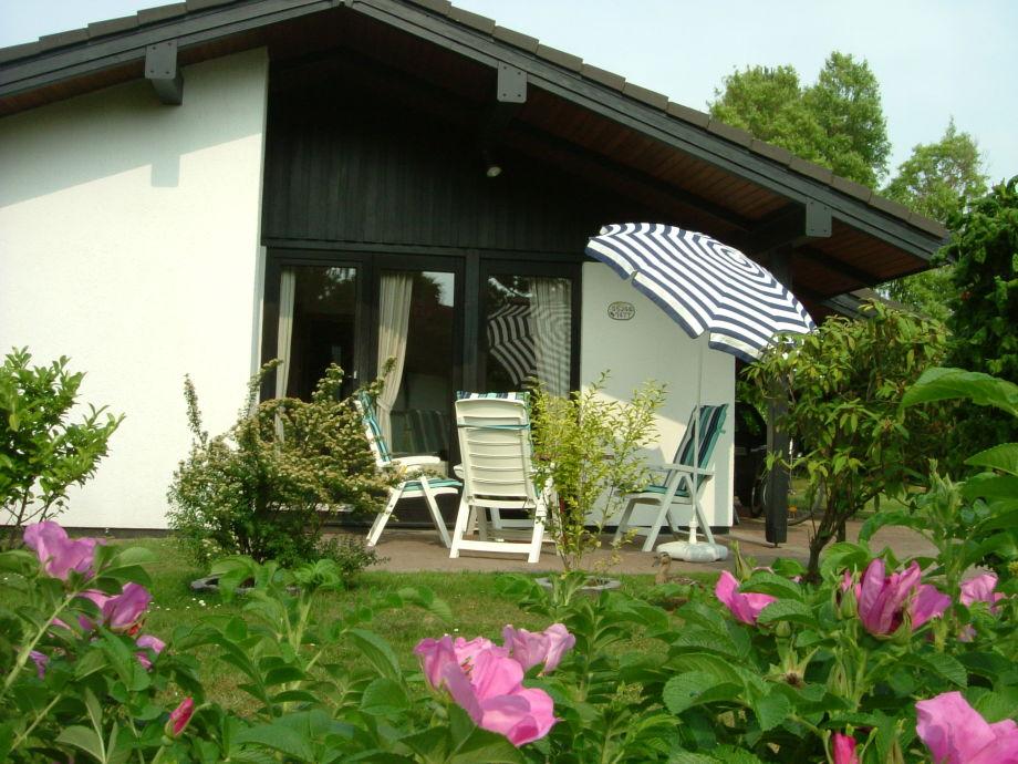 Sonnenterrasse mit Grill und Gartenmöbeln