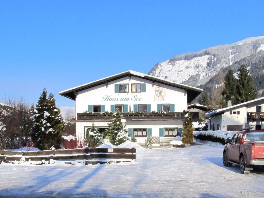 Haus im Winter , 10 Parkplätze vorm Haus