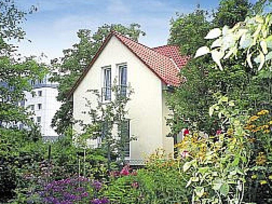 Das Ferienhaus inmitten eines blühenden Gartens