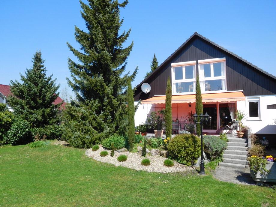 unser Garten mit Blick auf die Gästezimmer 1 und 2