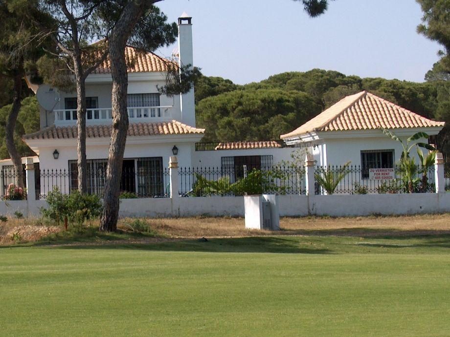 links: Golfvilla, rechts Nebenhaus