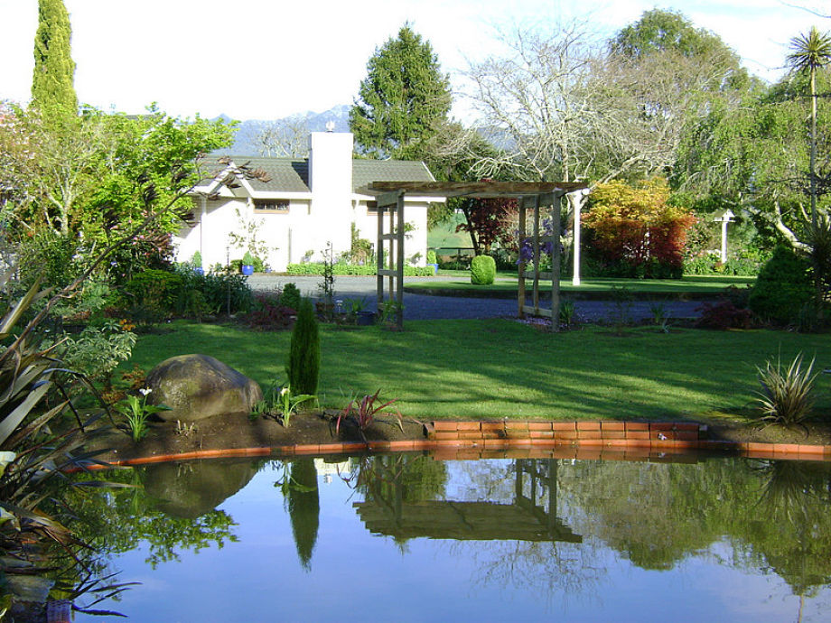 Bed breakfast pension somersal waikato john jenny for Teich garten