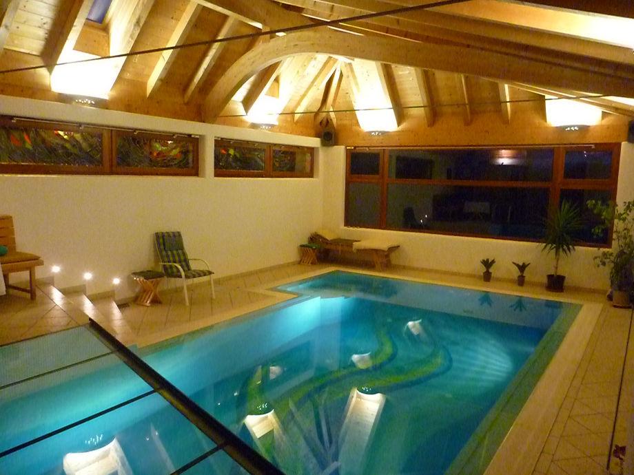 Schwimmwohnzimmer in der Nacht