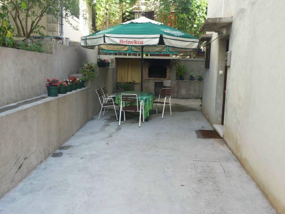 Hofterrasse mit Grillhaus