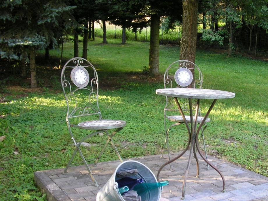 Sitzecke im Garten unter den Bäumen