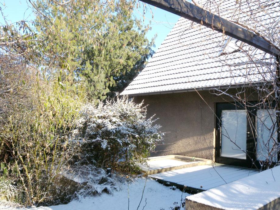 Westterrasse vor dem Wohnzimmer im Winter