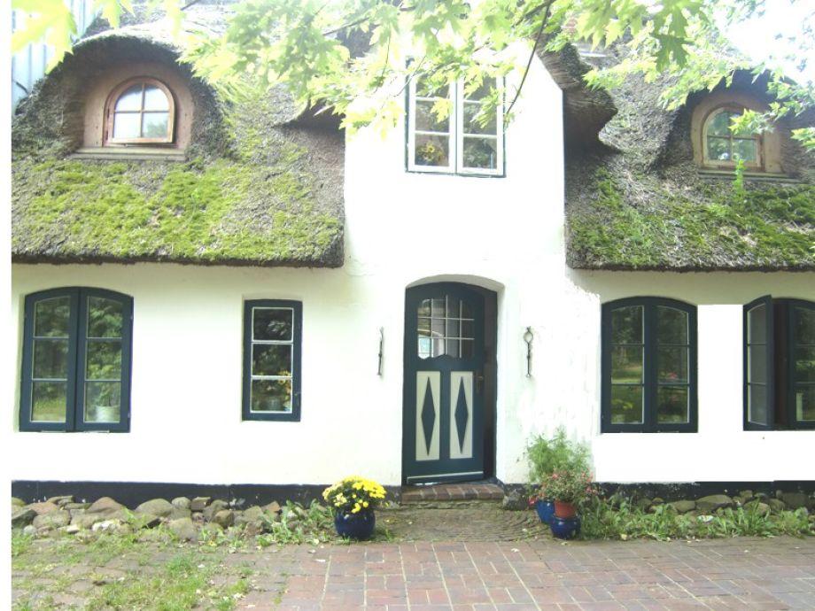 Das Ferienhaus, rechts die Küchenfenster oben u. unten