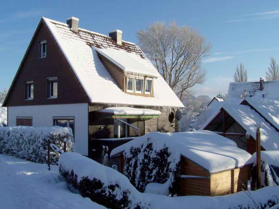 Haus am Hang im Winter
